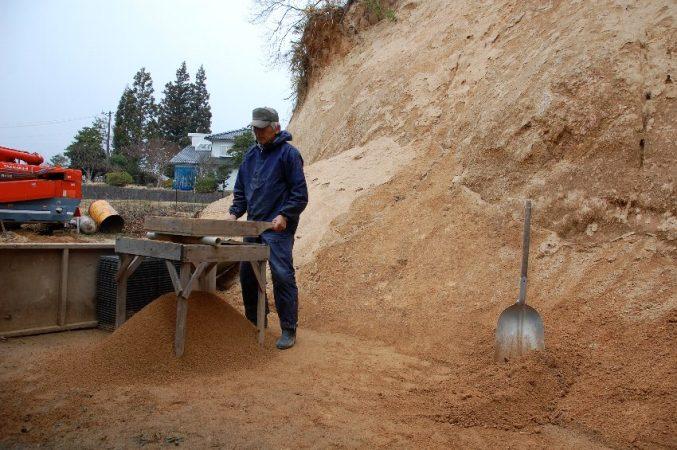 作業倉庫裏の真砂土をフルイニかける