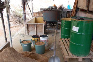 フルイを通した山土とモミガラ燻炭と醗酵した米ぬかの肥料を攪拌機で混合