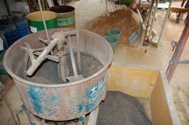 攪拌機の高さまで20㎏以上の土を持ち上げなくては
