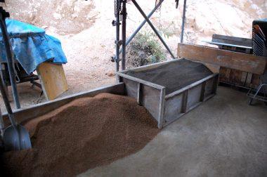 黒っぽいのが混合した苗土 手前のは覆土用のマサ土