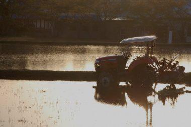 明日、荒代かきをする田んぼへトラクターを移動して終わる
