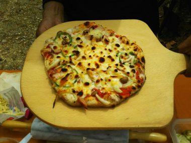 終ったら山でピザを焼いて昼食