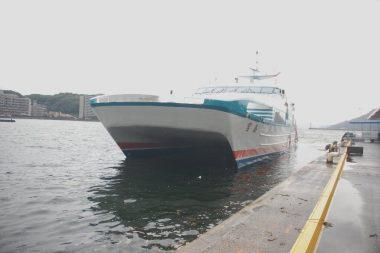 これから出航のの双胴船