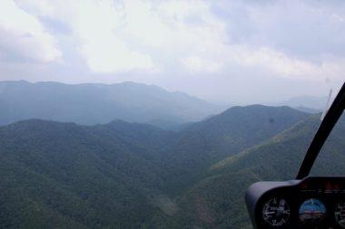 高い山や雨雲を避けて山脈越え
