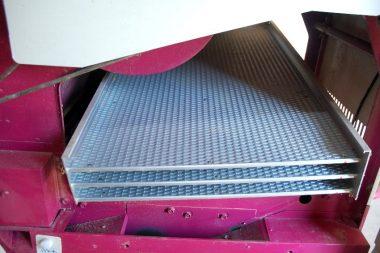 玄米は斜めになった凸凹板の上を転がりながら選別される