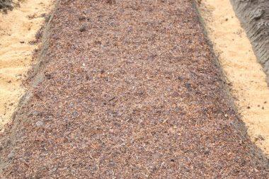 堆肥は里山整備で出た樹木を砕いた物やモミガラ、草などを混ぜて発酵させたもの