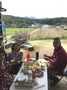 昼は畑で食べる