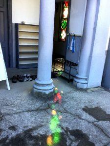 教会の玄関のステンドグラスに陽があたっていた
