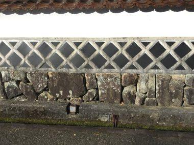 道路を挟んで向かい合わせの石垣