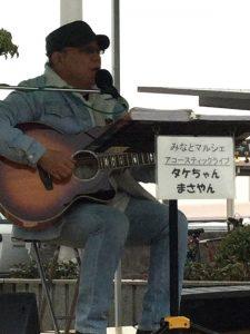 後ろは広島港の岸壁 冬の海風で弾く指もシビレルとか