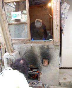 五右衛門風呂に火を焚いたり水を足したりして60℃をキープする