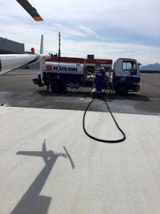 懐かしい航空ガソリンのローリー車