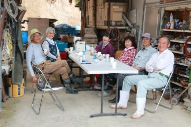昼食は暑いので倉庫の軒下で