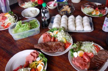 野菜とステーキだけで皆さん満腹状態、オニギリに手が出ない