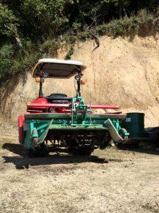 トラクターに畝成型機をセット