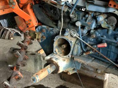 丸い所はブレーキ部分、六角の棒はタイヤホイールのシャフト