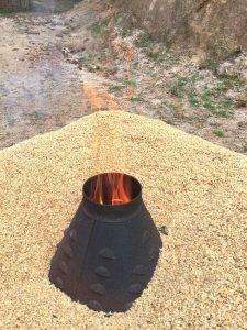 周囲に籾殻を置き紙や樹枝を燃やしてから煙突をセット