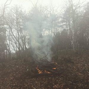 晴れたので濡れた枯枝や倒木を燃やしに上がったらミゾレが降り出す 背中にしみ込む