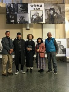 左から、写真家の門脇さん、写真家の宮角さんと奥さん、青いベストを着ている人の奥さん、ピンクのカーディガン着ている人の夫