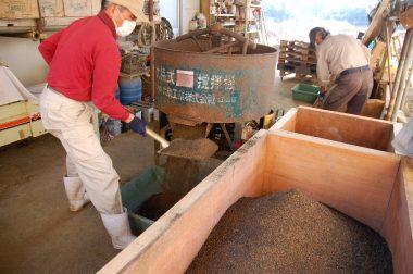 攪拌機で混合した苗土を一旦枠の中へ