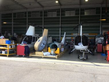 整備中のヘリがたくさんある