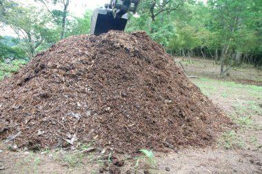 裏山でチップを堆肥にしている 二回目の切り返し