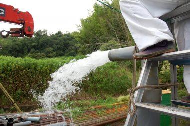 ケーシングパイプ挿入後の洗浄と水量確認